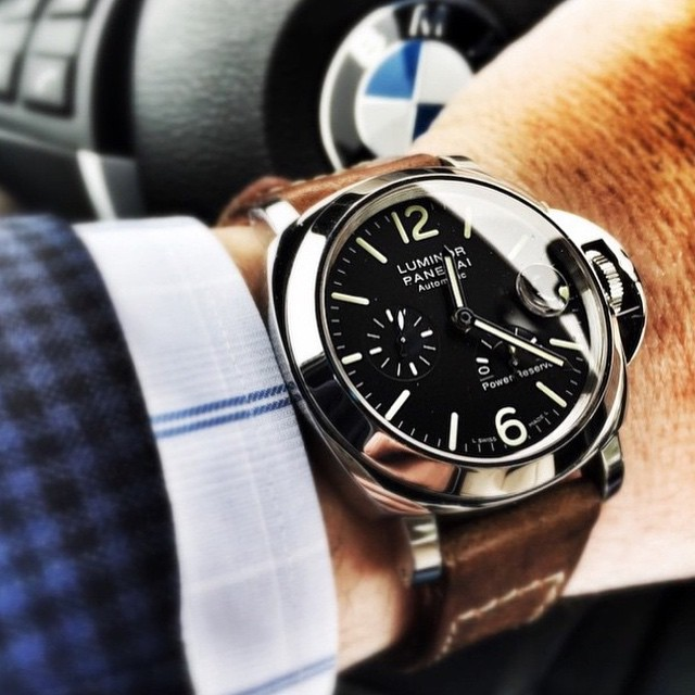 We're not usually fans of steering wheel shots but, damn, you'd gain at least two inches (in height, calm down) with this PAM90 on your wrist. Much manly. Another choice cut from our friends @paneraicentral ️