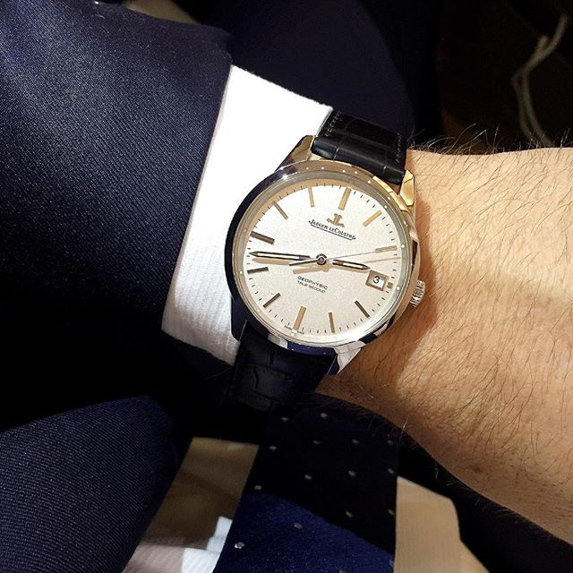 The finishing of the @jaegerlecoultre Geophysic True Second (pictured here in steel) is Grand Seiko like, those indices and applied logo are sharp as razors in the light. (We tagged our favourite Geophysic wearer) ️