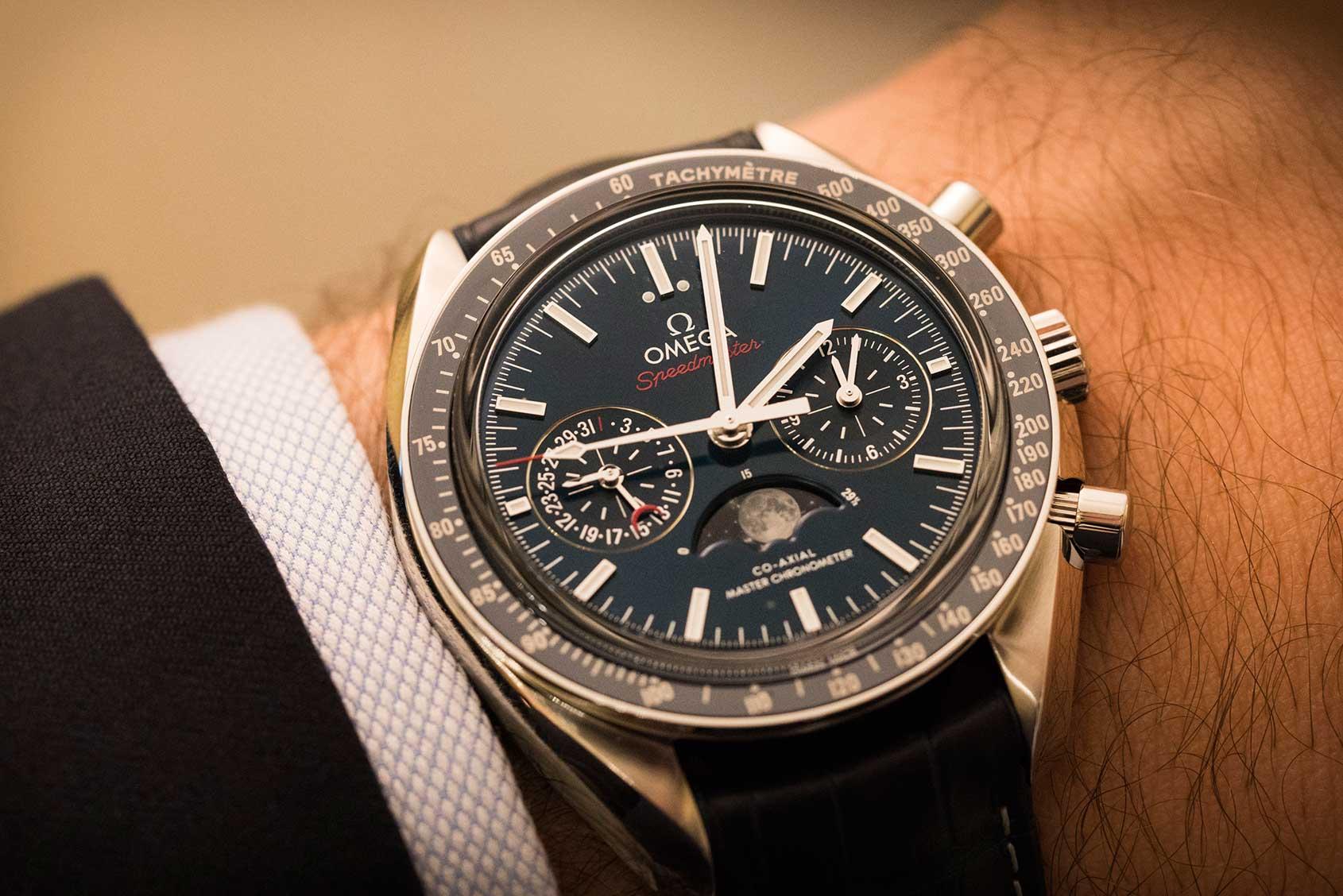 Omega-Speedmaster-Moonphase-Chronograph-Master-Chronometer-1