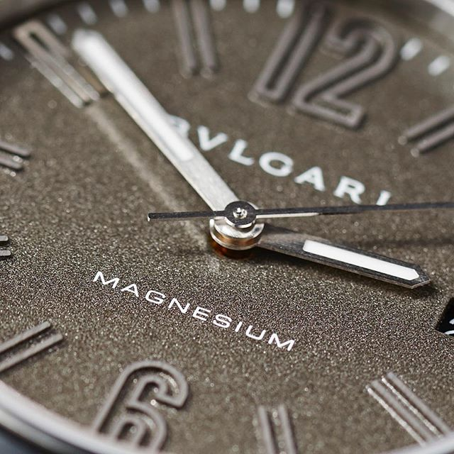 The @bulgariofficial Diagono Magnesium has one of the most interesting dials we've seen in a long time, granular yet glossy thanks to the Motorlac treatment. Other top-notch examples off the odd-but-cool genre include Grand Seiko and anything meteorite. Who do you guys think do the best 'unusual' dials? ️