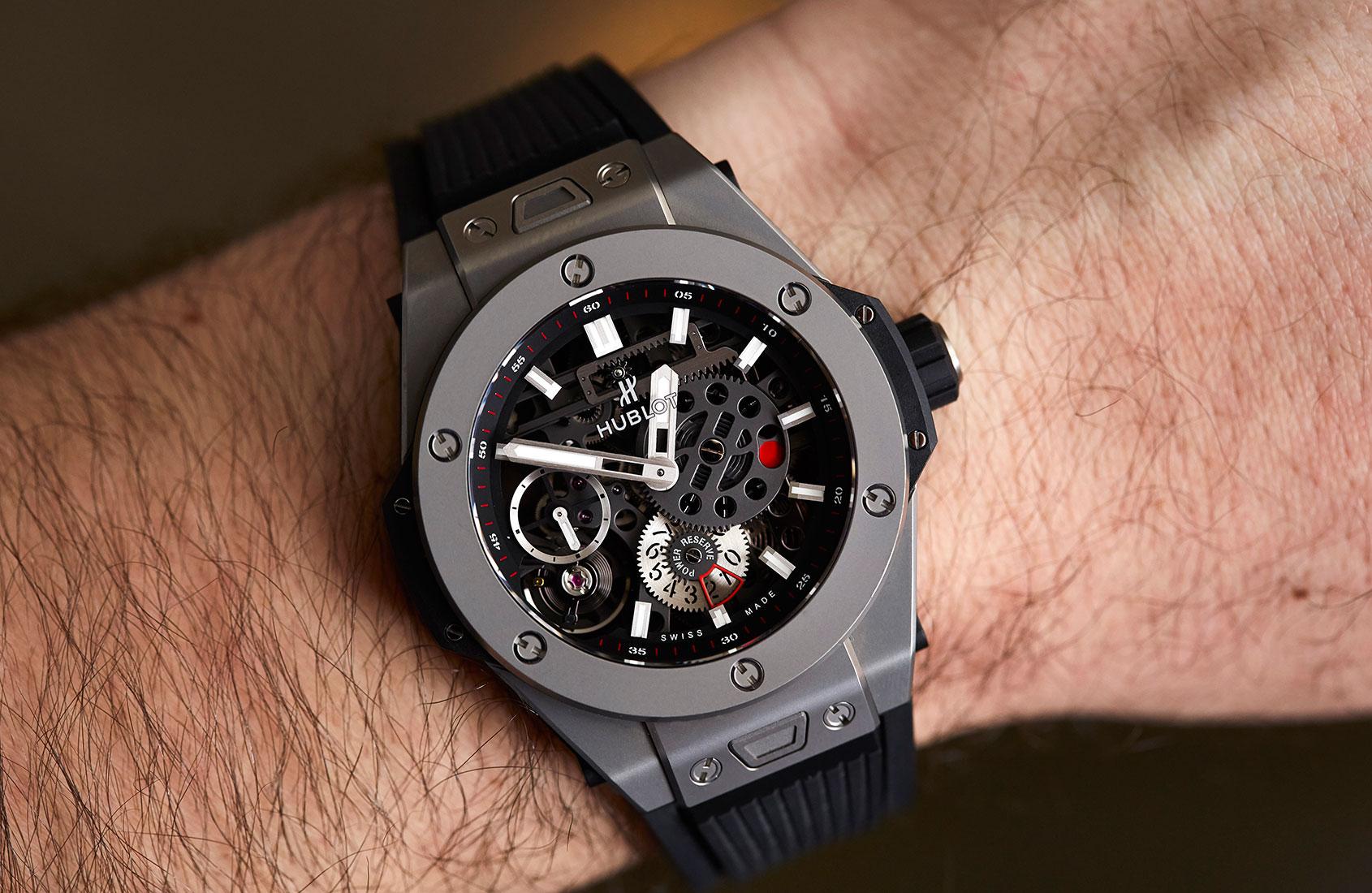В интерпретации hublot дизайн и функционал умных часов привязан к чемпионату мира по футболу года.